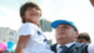Alan García se luce con su pareja Roxanne Cheesman por calles de Miraflores