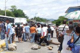 Cientos de mineros ilegales bloquean carreteras en Chimbote y Nasca