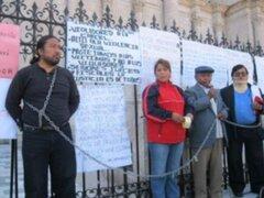 Personas con juicios pendientes de sentencia hace cuatro años se encadenaron en la catedral de Arequipa