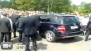 Presidente ruso pierde control de auto y atropella a un grupo de personas