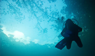 Buzos de la Marina buscan a pescador en el mar Ancón