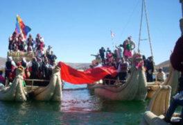 Bandera peruana flameo en el lago Titicaca