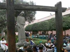 """Miles de fieles de Santa Rosa de Lima dejan sus cartas en el """"Pozo de los deseos"""""""