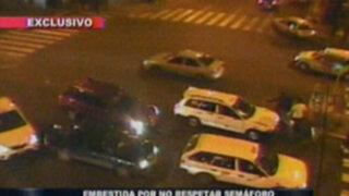 Mujer es atropellada por cruzar la calle en luz verde