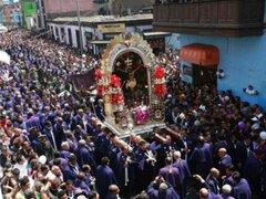 La imagen del Señor de los Milagros sale a su penúltima procesión del año