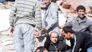 Cerca de mil muertos por terremoto en Turquía