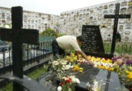 Visitantes se congregan en cementerio El Ángel por el Día de todos los Santos