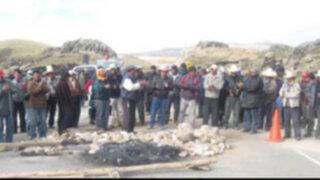 Con piedras y palos mineros bloquean carreteras del interior del país
