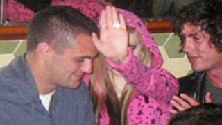 Agraden a cantante Avril Lavigne y le dejan ojo morado