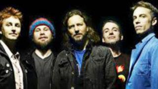 Seguidores de Pearl Jam hacen cola en el estadio San Marcos