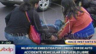 Automóvil embiste a joven mujer en Pueblo Libre
