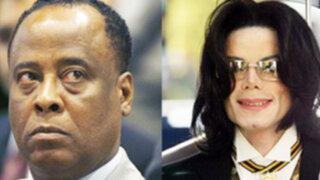Exigen al ex doctor de cantante Michael Jackson devolver su licencia médica