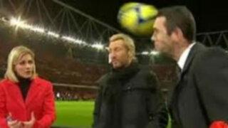 Comentarista de fútbol recibió un fuerte pelotazo durante transmisión en vivo