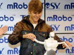 Justin Bieber sorprendió a los asistentes de la CES 2012 con robot bailarín