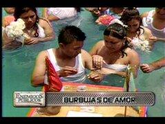 Burbujas de amor: parejas se jurararon amor eterno bajo el agua