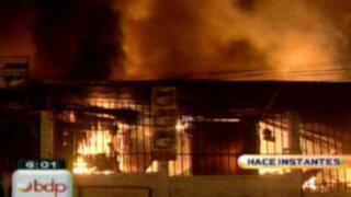 Infierno en VES: incendio arrasa con más de 800 puestos en centro de abastos