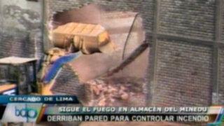 Derriban pared de almacén del Minedu para controlar el fuego