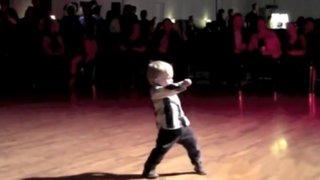 Niño de 2 años causa sensación bailando al estilo de Elvis Presley