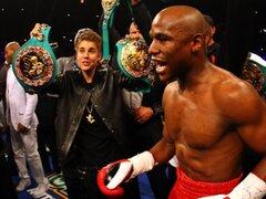 Justin Bieber sorprende como asistente de box de Floy Mayweather
