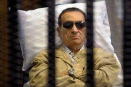 Hosni Mubarak está con vida pero conectado a respirador, indican