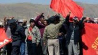 Docentes del Sutep realizan violentas protestas reclamando mejoras salariales