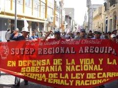 Cientos de docentes del Sutep bloquearon carreteras en el sur del país