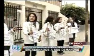 Doctoras de EsSalud se encadenan en  exteriores del Ministerio del Trabajo