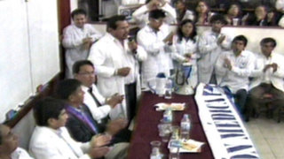 Médicos no llegan a acuerdo con representante del Minsa y siguen con la huelga