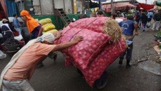 En la Parada los comerciantes rematan sus productos y proceden a retirarse