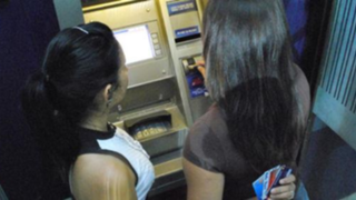Delincuentes realizan el llamado 'cambiazo' de tarjetas de créditos en cajeros