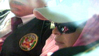 Maribel Velarde regresó a casa y vecinos protestaron por acoso de la prensa