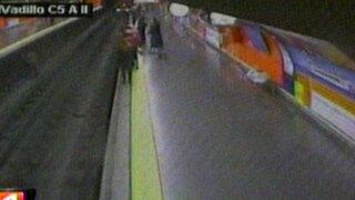España: Policía rescata a mujer que se desmayó dentro de las vías del tren