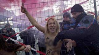 VIDEO: protestas al desnudo en cumbre de Davos