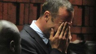 Oscar Pistorius llora tras oír acusación por asesinato de su novia