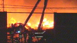 Incendio consume fábrica de colchones en Lurigancho-Chosica