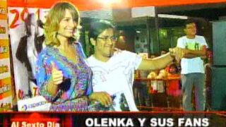 Olenka causó sensación entre sus fans con firma de calendarios