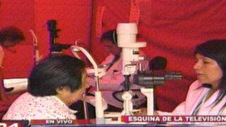 Médicos realizan campaña oftalmológica gratuita en la esquina de la televisión