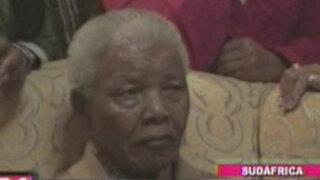 Salud de Mandela evoluciona favorablemente pero sigue internado