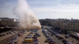 Géiser gigante explota en un estacionamiento de Rusia