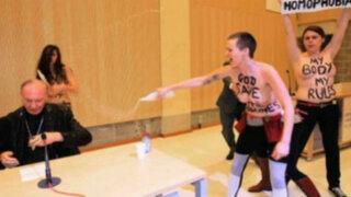 Activistas de Femen irrumpen y bañan en 'agua bendita' a arzobispo belga