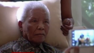 Nelson Mandela reaparece tras difícil periodo de hospitalización