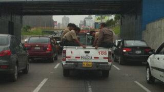 La Victoria: Policías infringen la ley viajando en la tolva de una camioneta