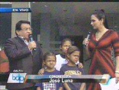 Congresista Luna dona su sueldo para tratamiento médico de niños pez