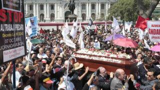 Féretro de Diez Canseco recorrió la avenida Abancay hasta el Congreso