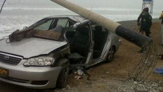 Chofer salvó de morir tras impactar poste de la Costa Verde sobre su auto