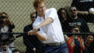 Noticias de las 7: Príncipe Harry juega al béisbol en Nueva York