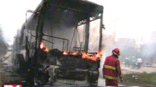 Metropolitano: fuego calcina a bus valorizado en más de 350 mil dólares
