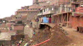 SMP: 42 familias se quedan sin agua al colapsar muro de contención