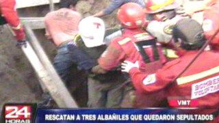VMT: rescatan a albañiles que quedaron sepultados bajo un bloque de arena