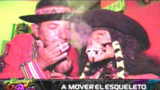 A mover el esqueleto: shaman y su amigo de huesos comparten sus días juntos